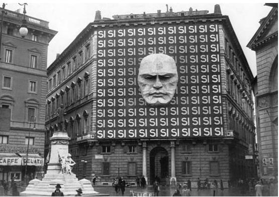 Propaganda fascista: Palazzo Braschi a Milano nel 1940