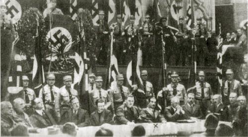 Heidegger, il settimo da sinistra, tra i gerarchi nazisti