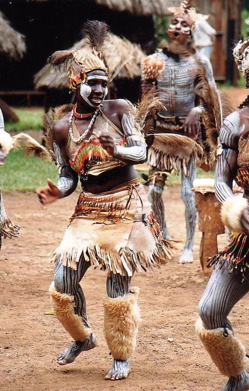 Danza tribale per il rito della circoncisione